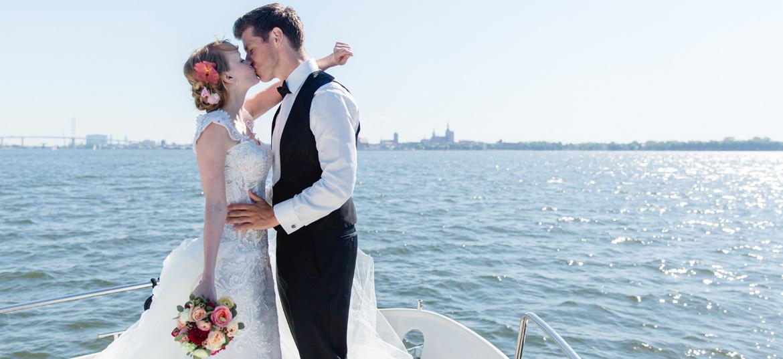 Hochzeitsfotos auf dem Wasser.