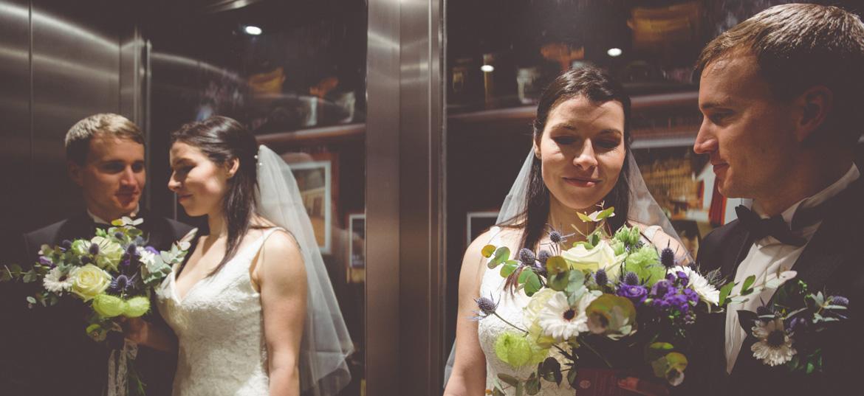Hochzeitsfoto im Fahrstuhl.