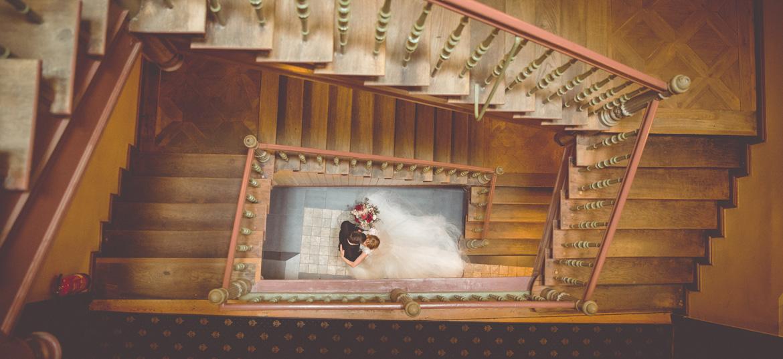 Hochzeitsfotos im Treppenhaus.