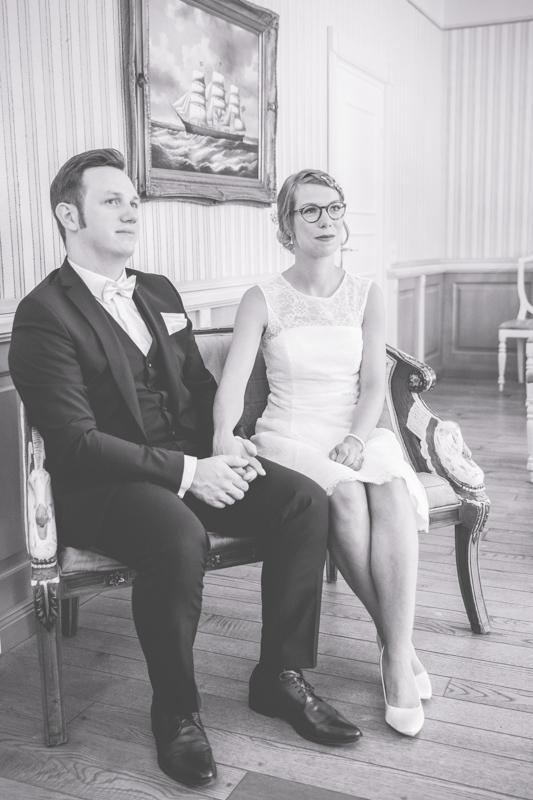 Verliebtes Brautpaar im Standesamt.