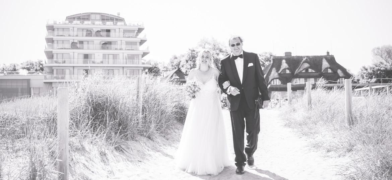 Braut am Strand von Ahrenshoop.