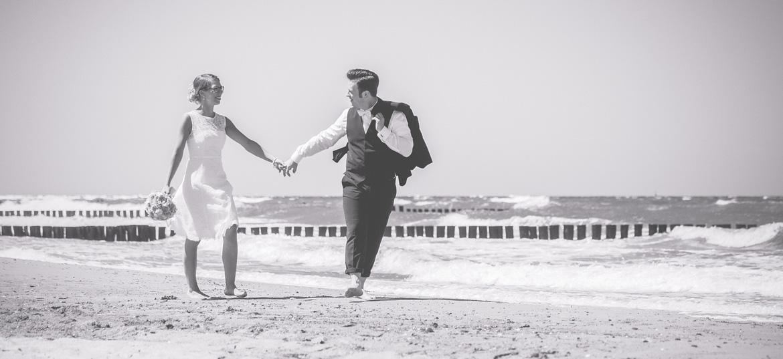 Brautpaar beim Fotoshooting am Strand von Kühlungsborn.