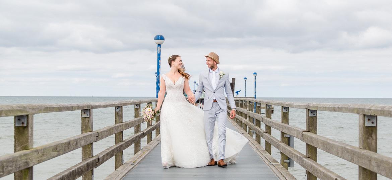 Hochzeitsfoto auf der Seebrücke aufgenommen.
