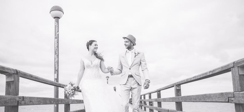 Brautpaar laufend auf der Seebrücke in Zingst.