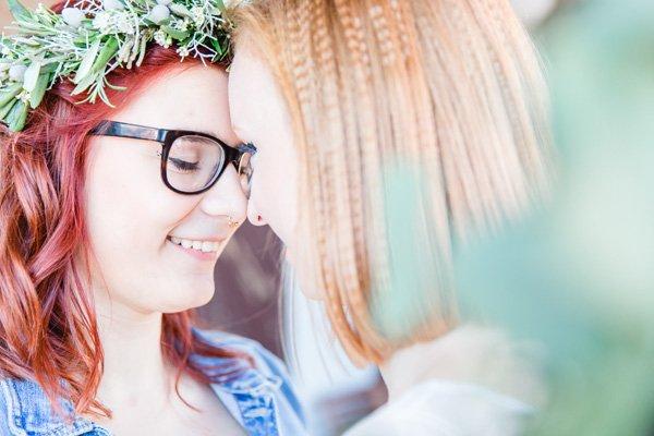Zwei Bräute sagen ja - Vicky und Johanna genießen ihre entspannte freie Trauung mit Wasserblick.