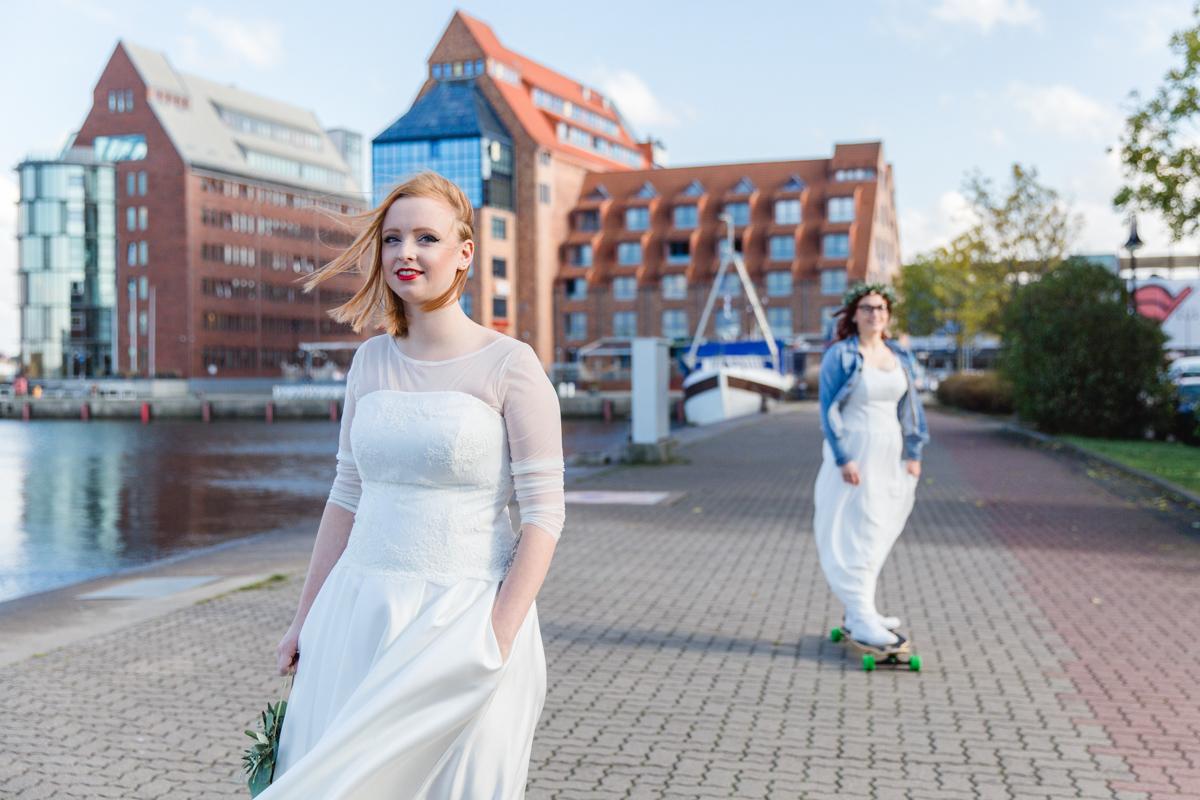 First Look des Brautpaares mit Longboard.