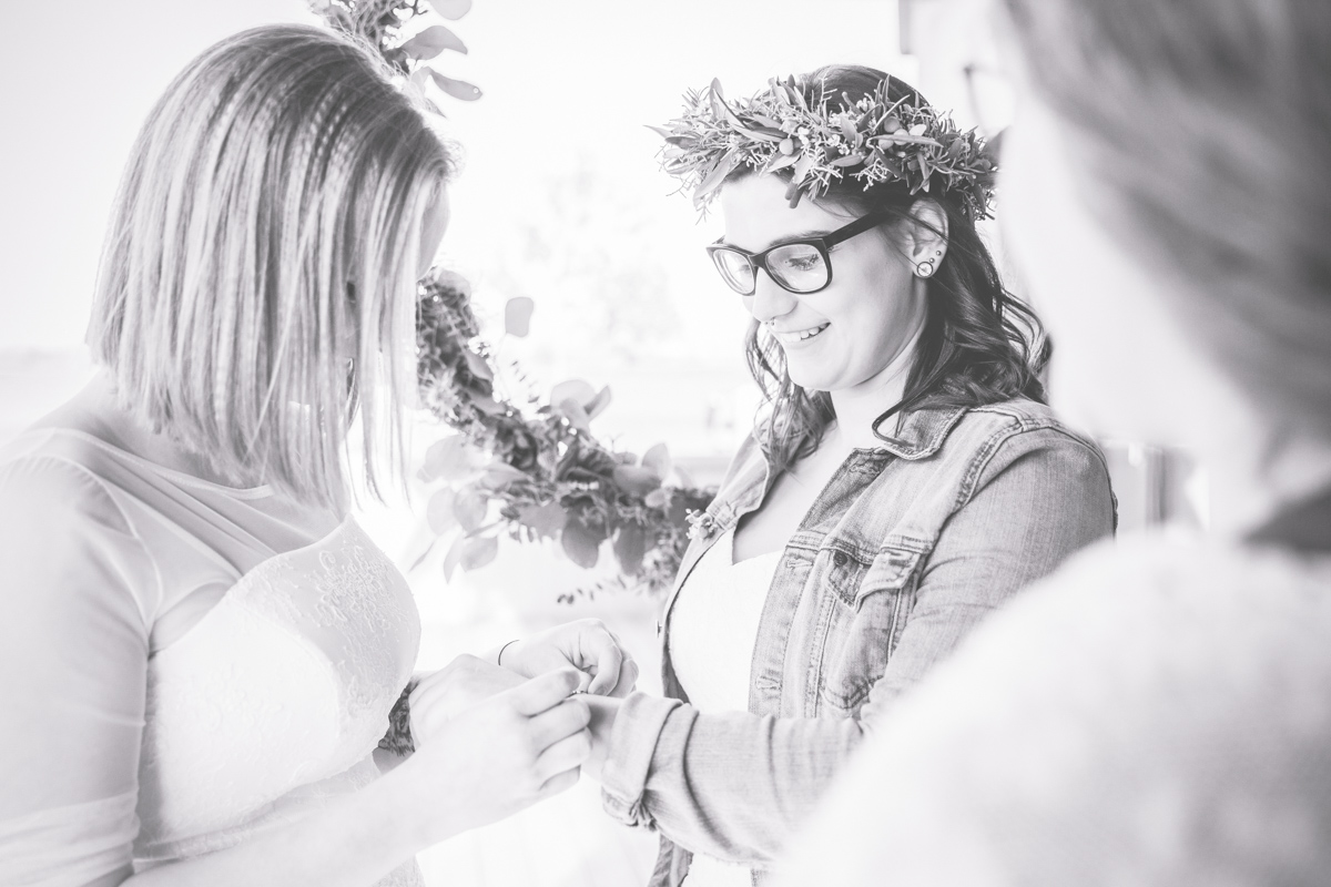 Schwarz weißes Hochzeitsfoto zweier Frauen.