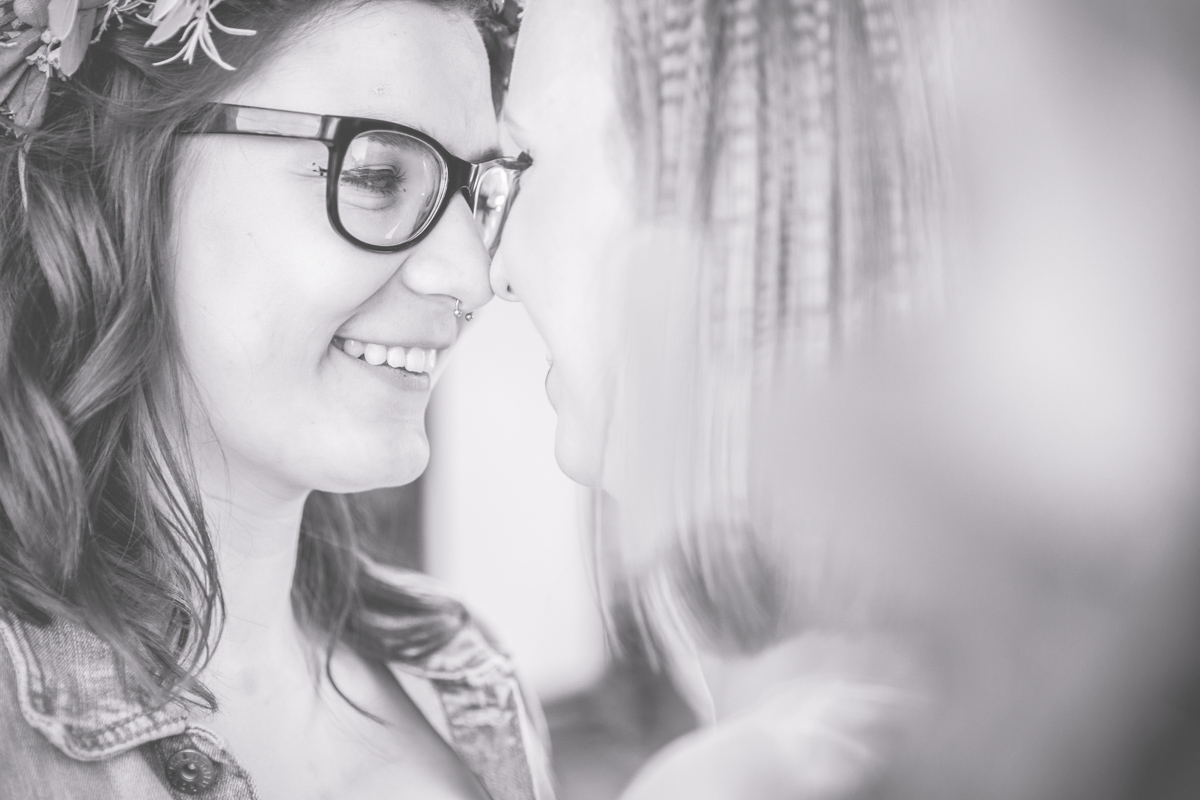 Zwei glückliche Frauen bei ihrer Trauung.