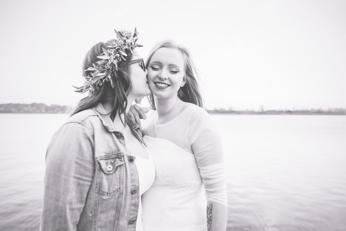 Lesbisches Paar beim Hochzeitsfotoshooting.
