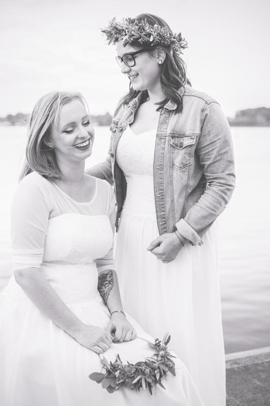 Verliebtes lesbisches Paar beim Hochzeitsfotoshooting.