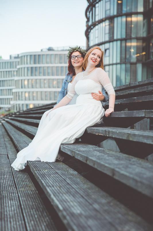 Zwei Frauen beim Hochzeitsfotoshooting im Stadthafen von Rostock.