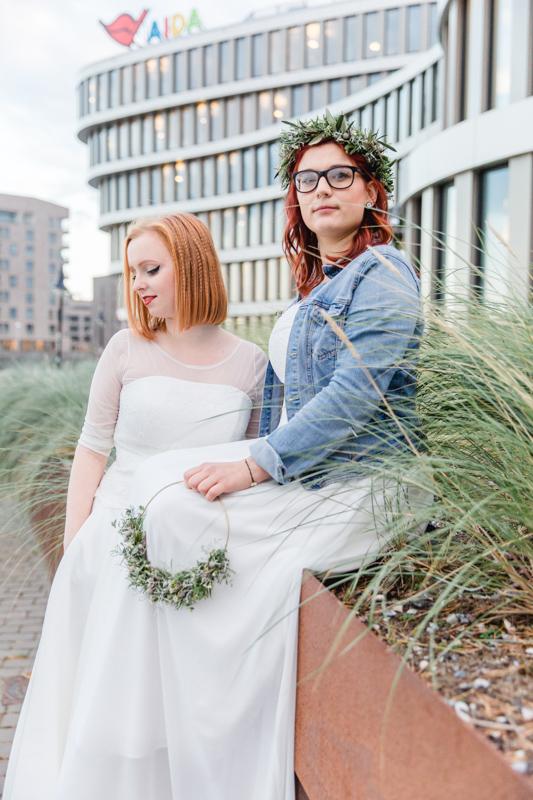 Hochzeitsfoto eines jungen lesbischen Paares.
