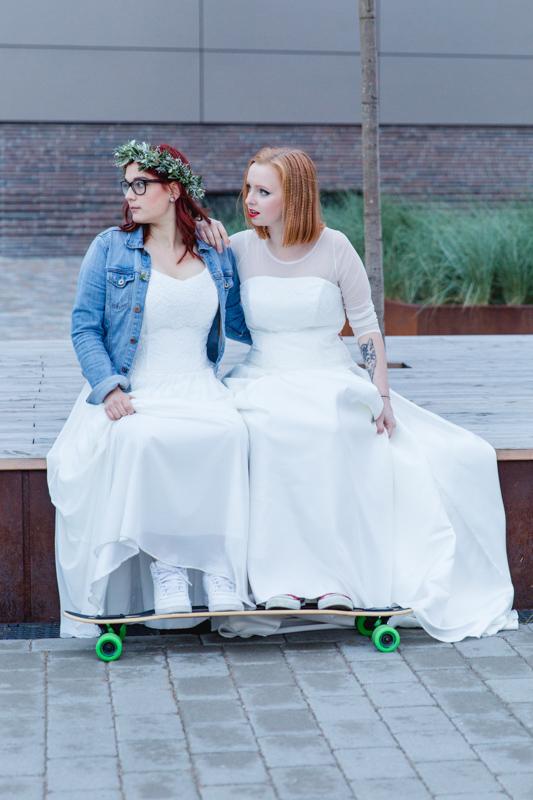 Zwei Bräute mit Longboard.