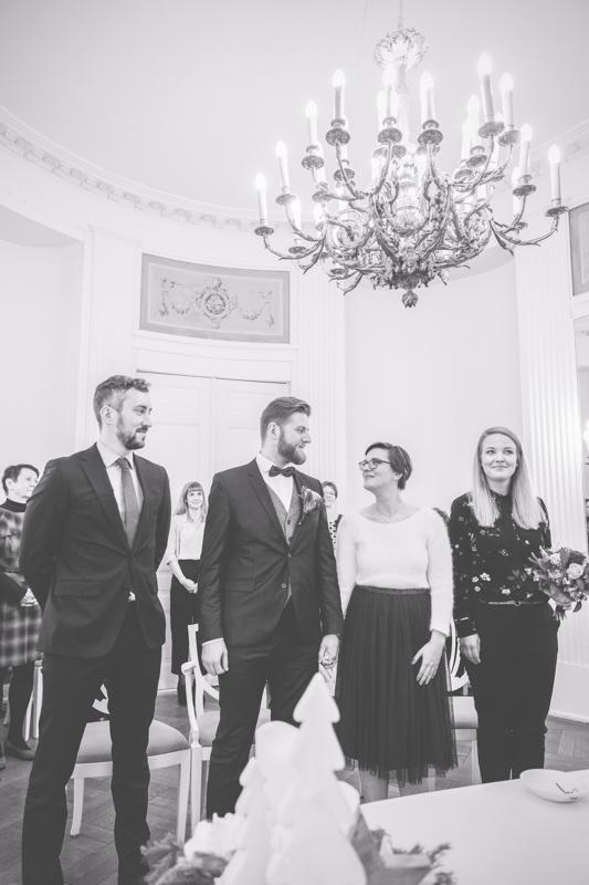 Verliebte Blicke des Brautpaares vor dem Ja-Wort.