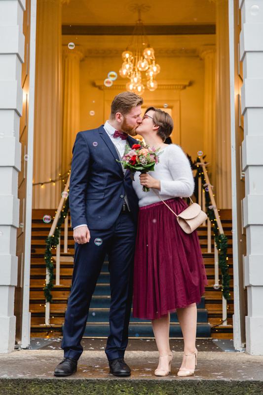Brautpaar vor dem Standesamt nach der Trauung.