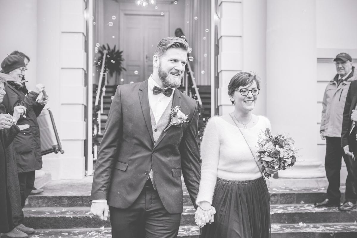 Brautpaar wird mit Seifenblasen nach der Trauung begrüßt.
