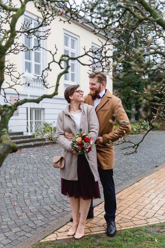 Brautpaar vor dem Standesamt Lübeck