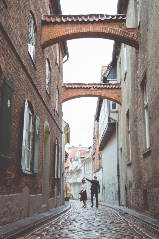 Hochzeitsfotoshooting in den Gassen von Lübeck.