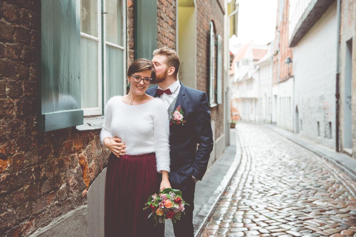 Verliebte Hochzeitsfotos aufgenommen in Lübeck.