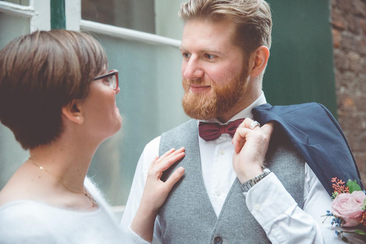 Braut schaut Bräutigam tief in die Augen.