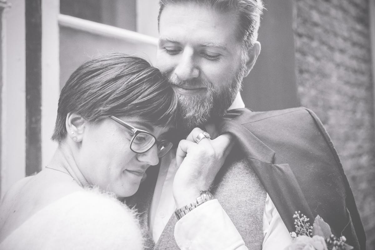 Brautpaar kuschelt beim Fotoshooting.