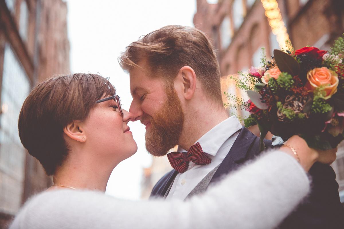 Hochzeitsfoto aufgenommen auf dem Weihnachtsmarkt.