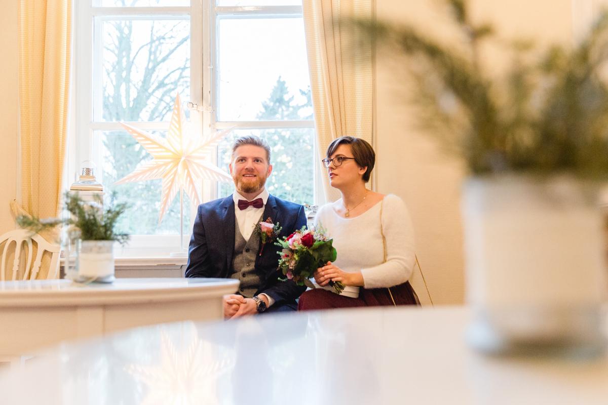 Brautpaar wartet auf ihre Eheschließung im Standesamt Lübeck.