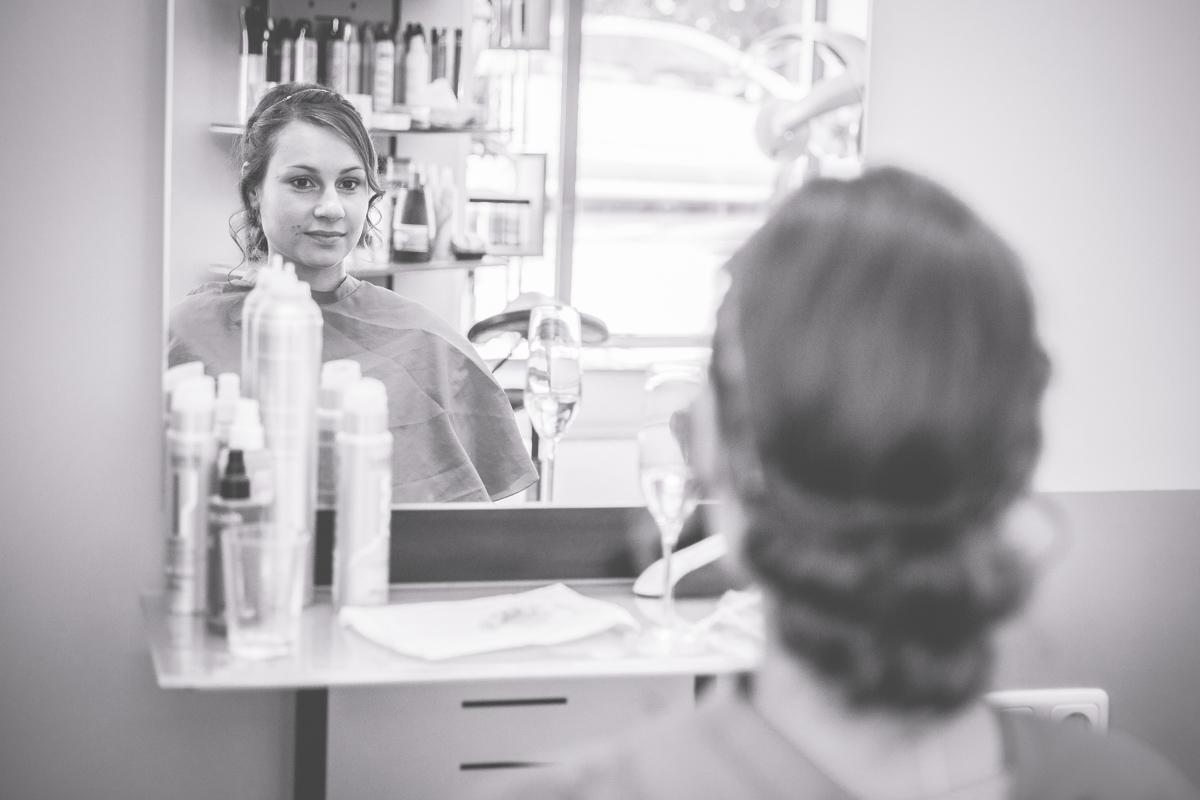 Braut lässt sich beim Frisör fertig machen.