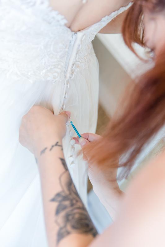 Detailfoto beim Ankleiden der Braut.