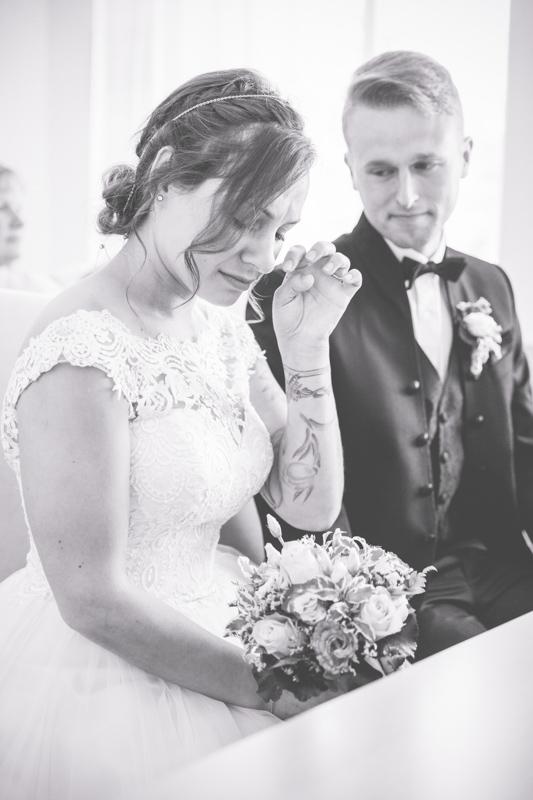 Braut weint vor Glück bei standesamtlicher Trauung.