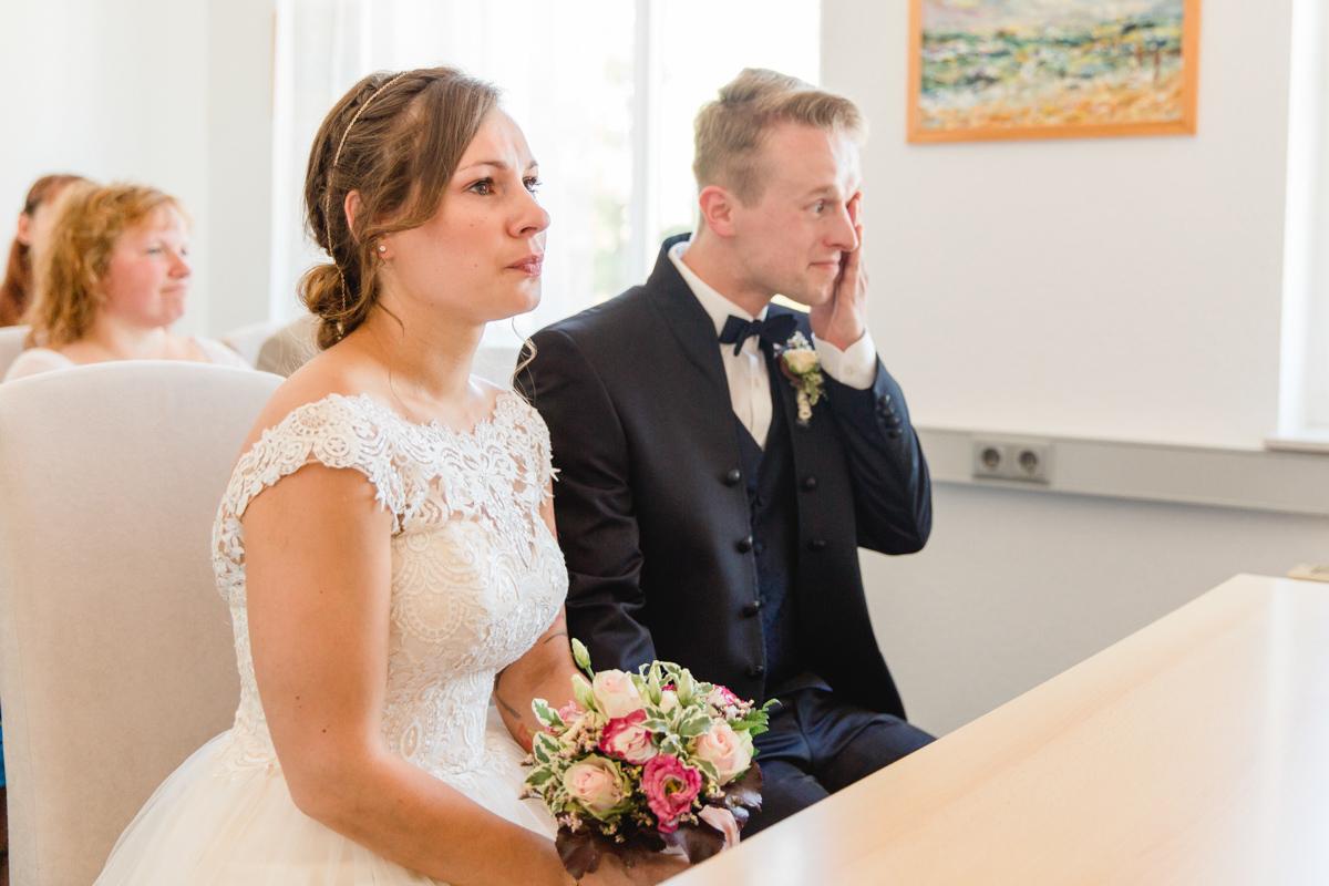 Bräutigam weint vor Rührung bei der Trauung.