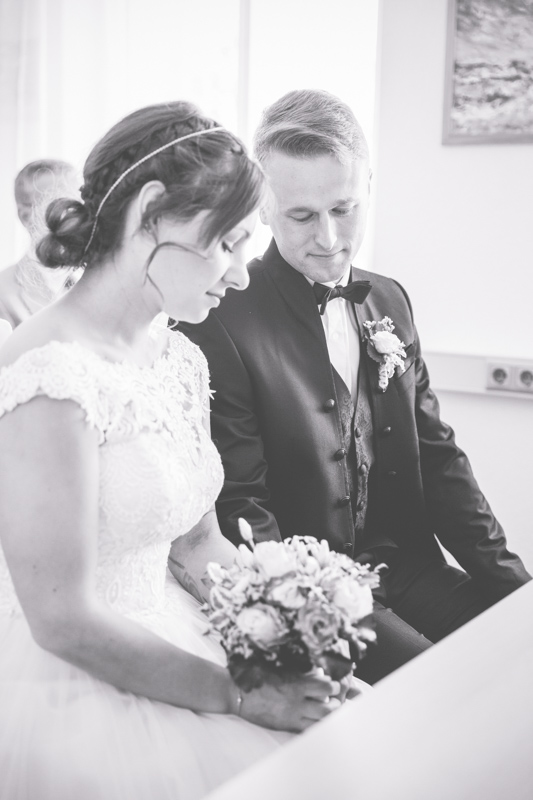 Braut und Bräutigam während der Hochzeit in Graal-Müritz.