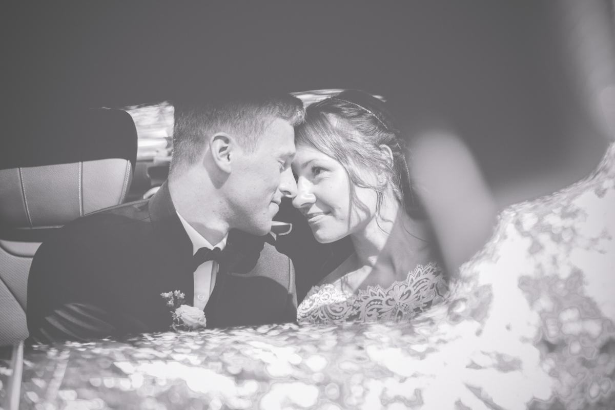 Brautpaar fotografiert im Hochzeitsauto.