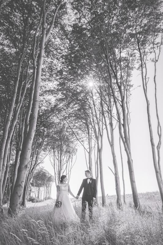 Ausgefallenes Hochzeitsfoto aufgenommen im Küstenwald.