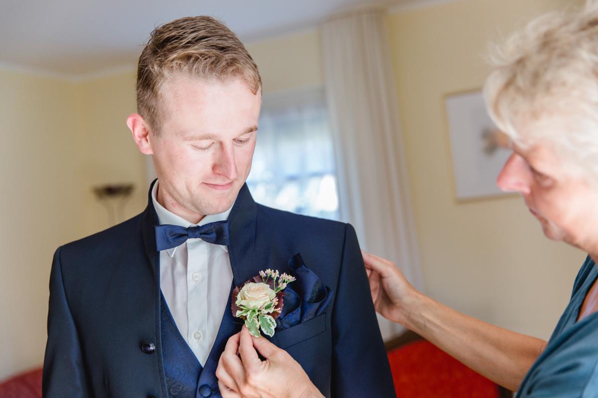 Bräutigam bekommt seine Ansteckblume.