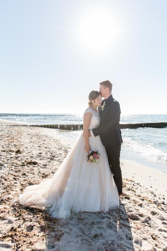 Brautpaar nach ihrer Hochzeit am Meer.