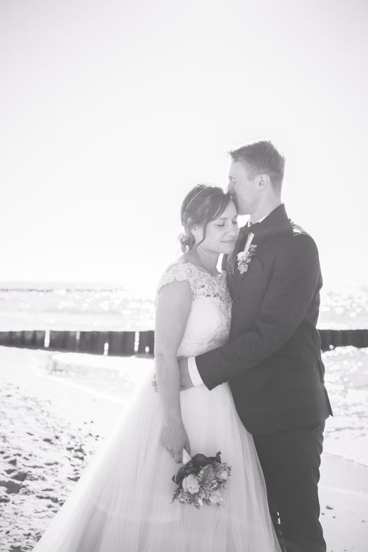 Brautpaar nach ihrer Hochzeit an der Ostseeküste.