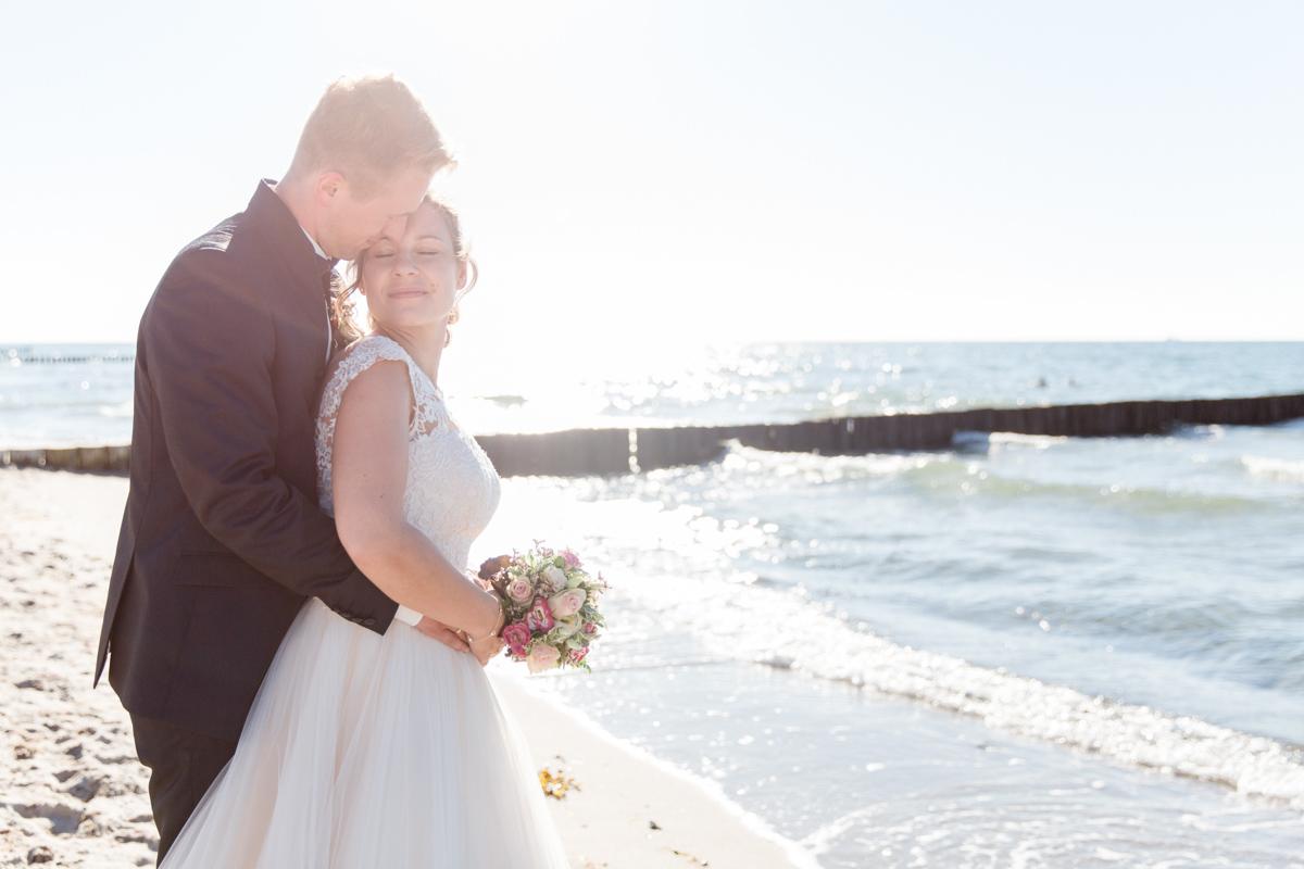 Brautpaar nach ihrer Strandhochzeit an der Ostsee.