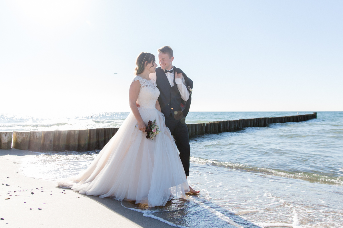 Glückliches Brautpaar nach der Hochzeit am Meer.