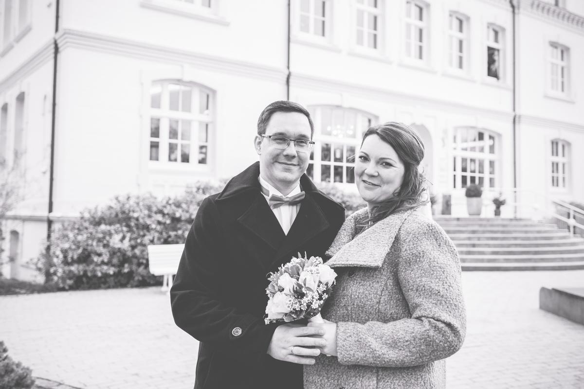 Brautpaar vor dem Rathaus am Timmendorfer Strand.
