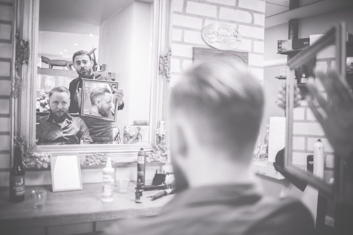 Groom Getting Ready im Barbershop