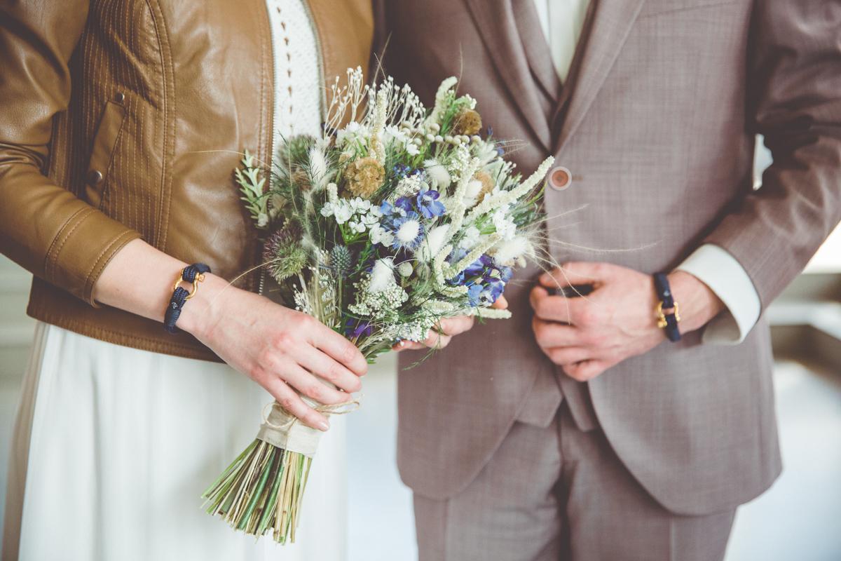 Braut mit ihrem Brautstrauß.