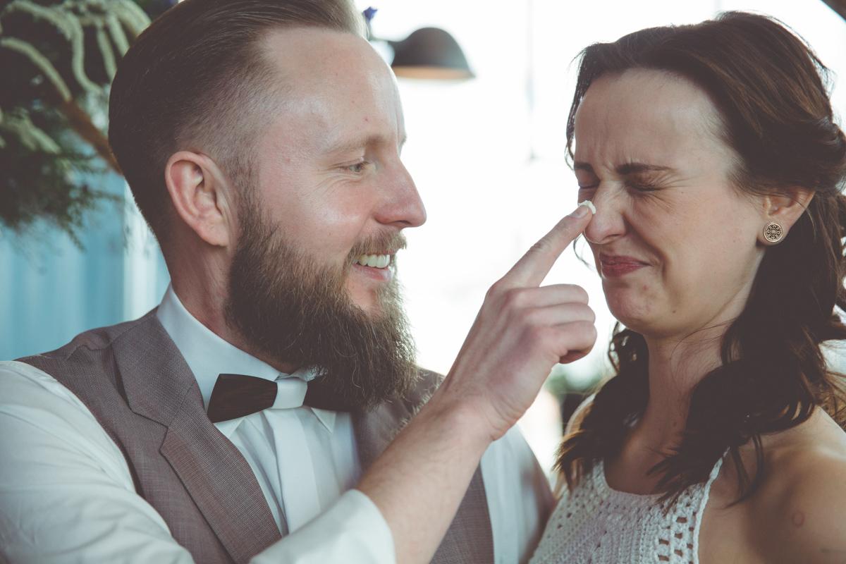 Bräutigam ärgert beim Tortenanschnitt die Braut.