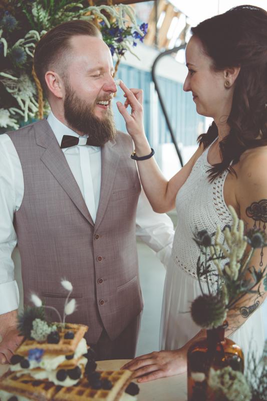 Braut und Bräutigam beim Anschnitt der Hochzeitstorte.