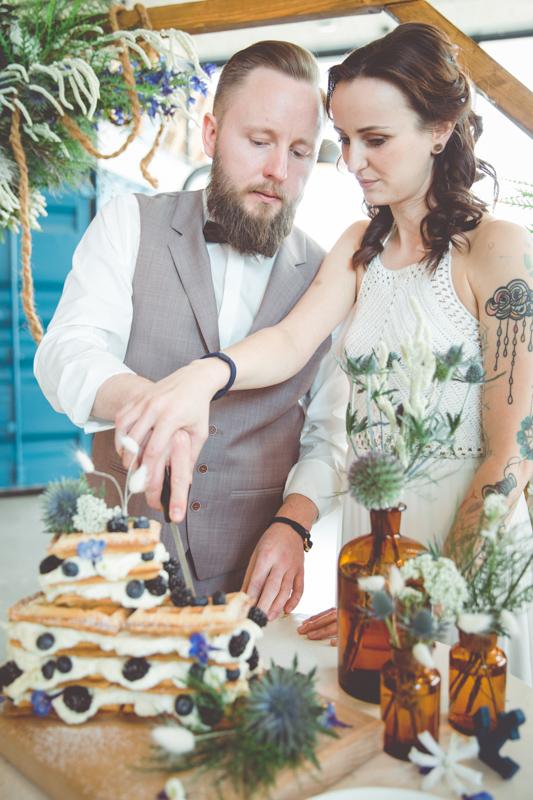 Anschnitt der Hochzeitstorte von Braut und Bräutigam.