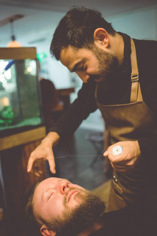 Bräutigam beim Barbier.