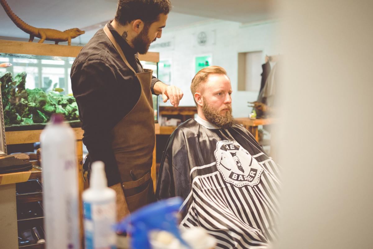 Bräutigam bei den Vorbereitungen im Barbershop.