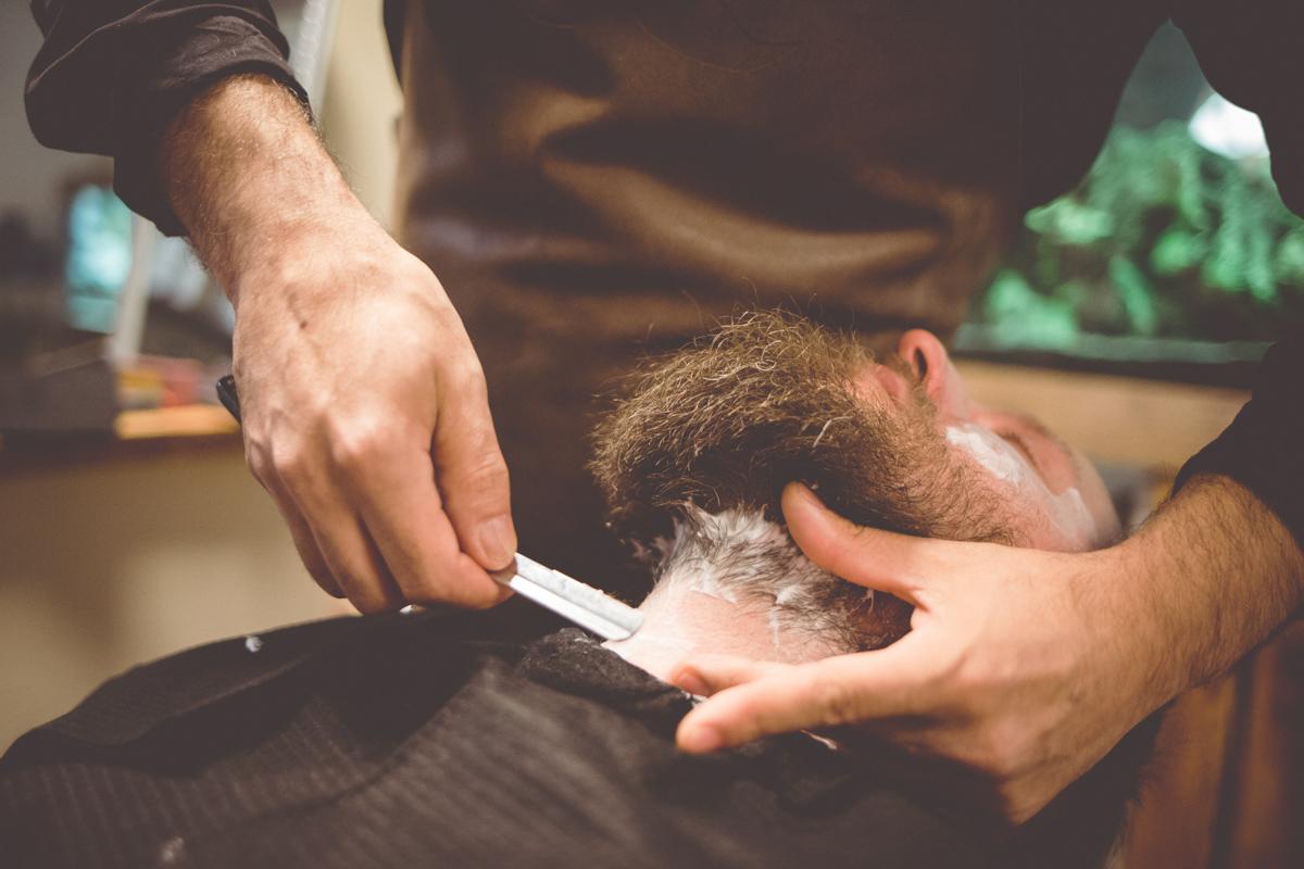 Bräutigam lässt sich vom Barbier zurecht machen.