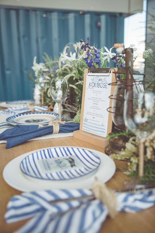 Ein Tisch voller maritimer Hochzeitsdeko.