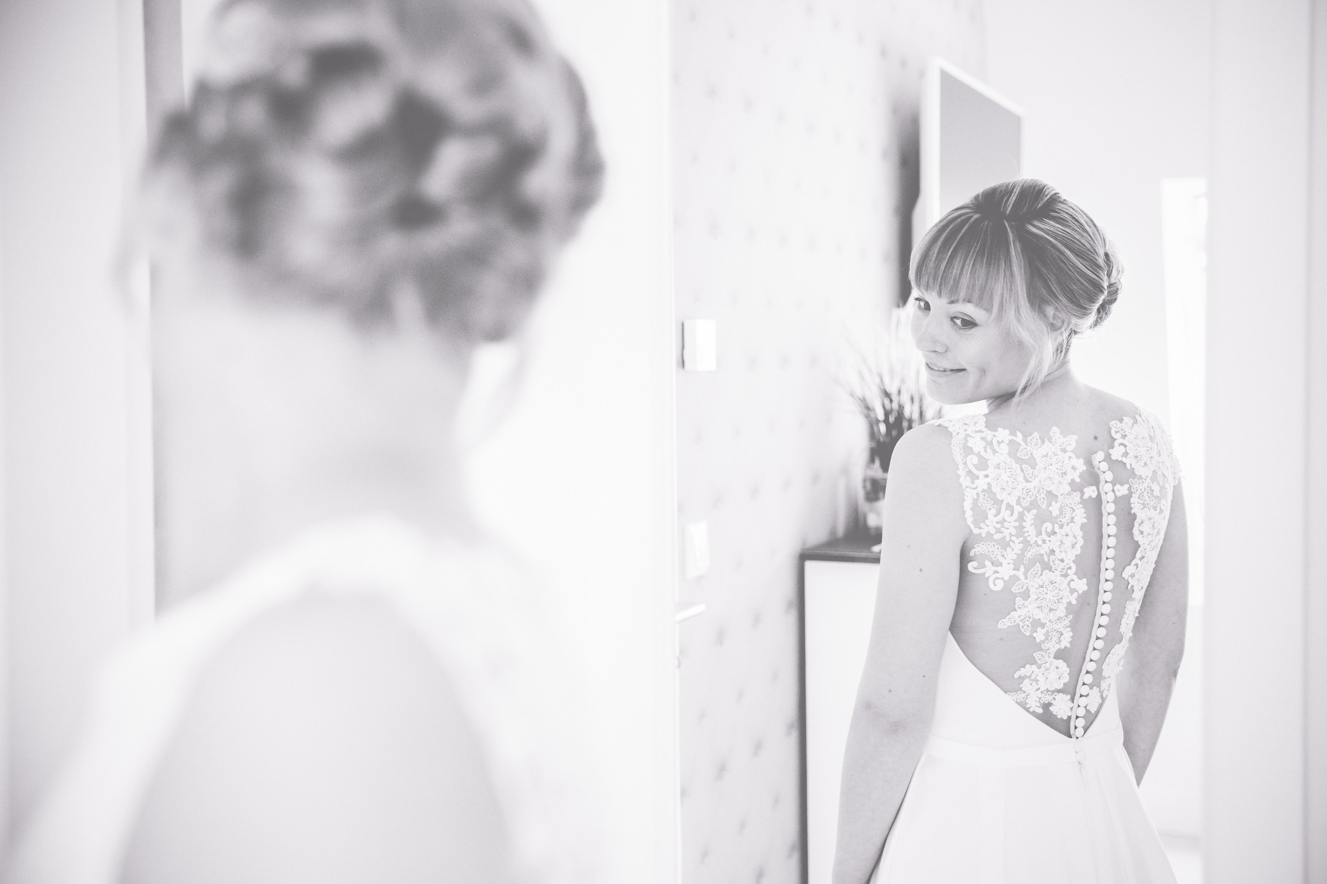 Foto einer glücklichen Braut beim Getting Ready.